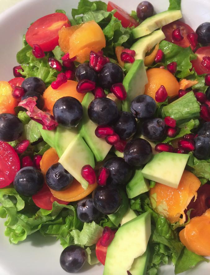 Πράσινη σαλάτα με φθινοπωρινά φρούτα