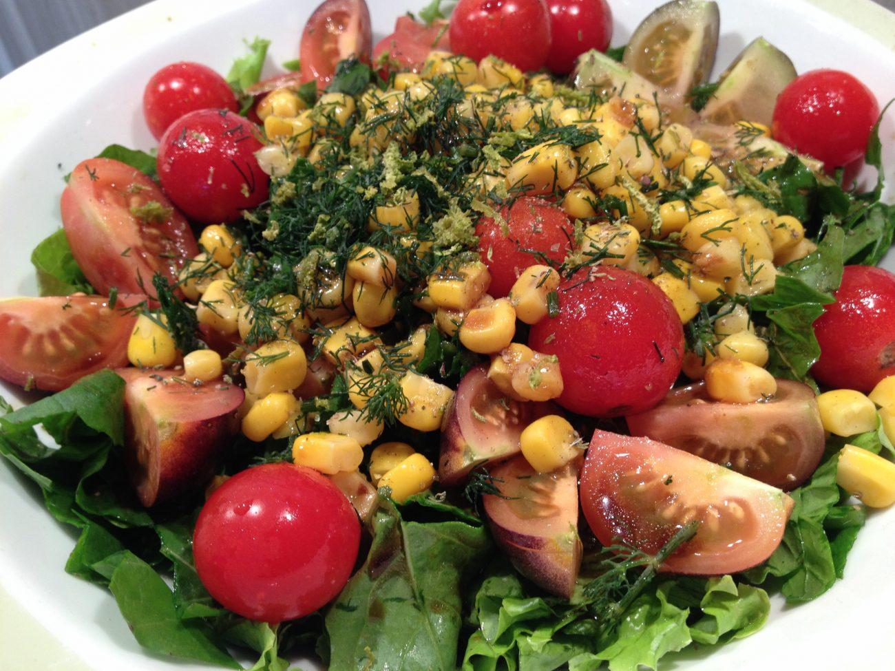 Πράσινη σαλάτα με καλαμπόκι, θυμάρι και κόλιανδρο