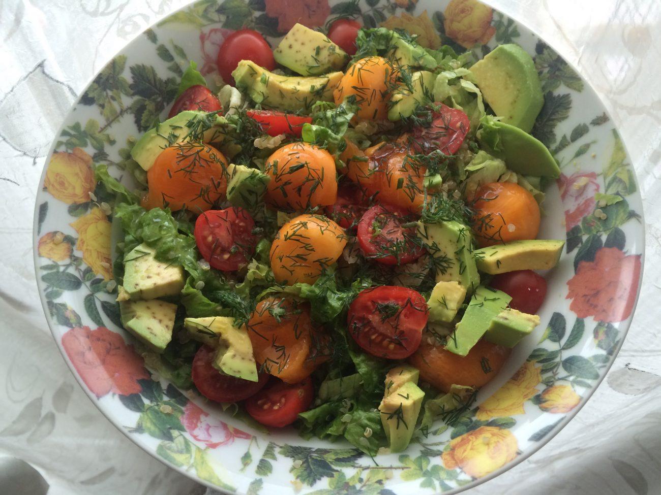 Πράσινη σαλάτα με κινόα και λωτό