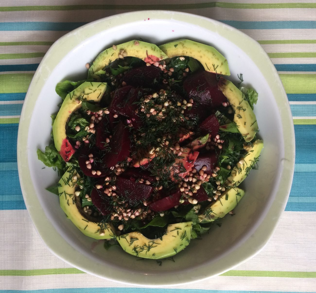 Πράσινη σαλάτα με αβοκάντο, παντζάρι και φαγόπυρο