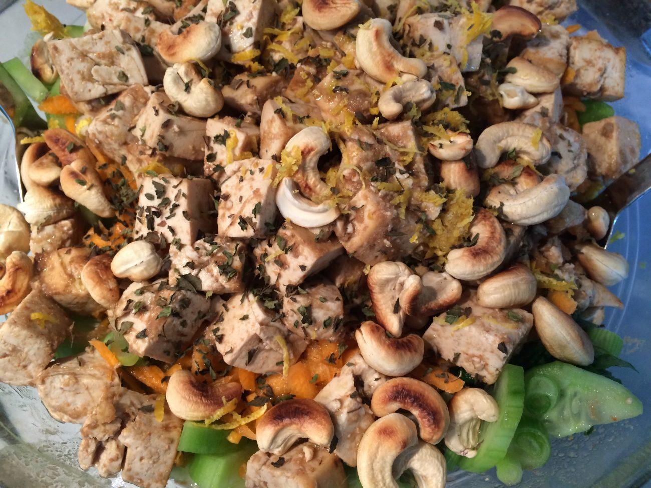Πράσινη σαλάτα με τόφου και φρέσκο τζίντζερ