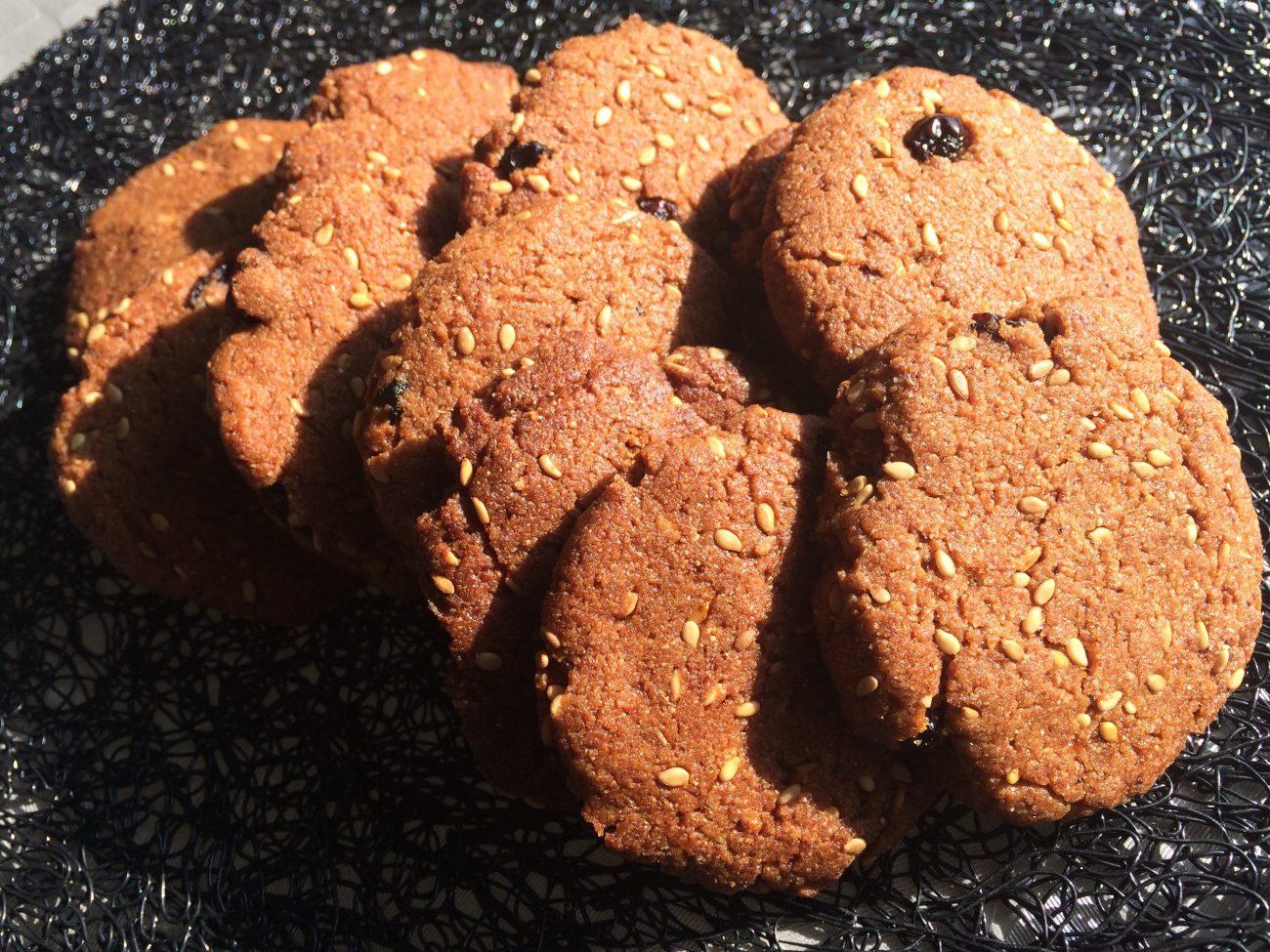 Μπισκότα ζέας με σταφίδες και σουσάμι