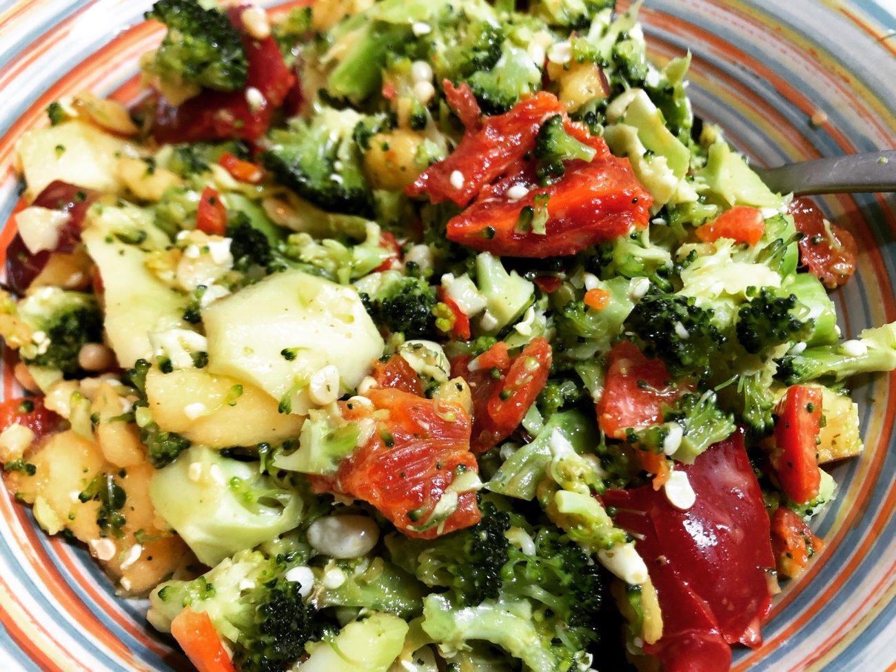 Ωμή σαλάτα με μπρόκολο και μήλο