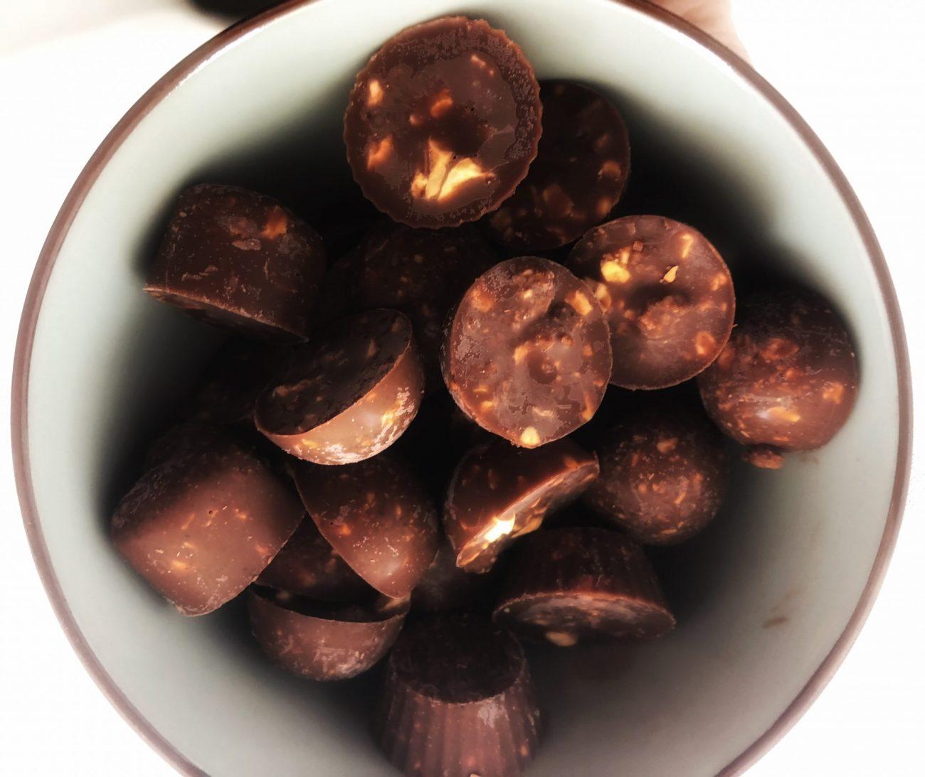 Σοκολατάκια με καραμελωμένα φουντούκια (και keto!)